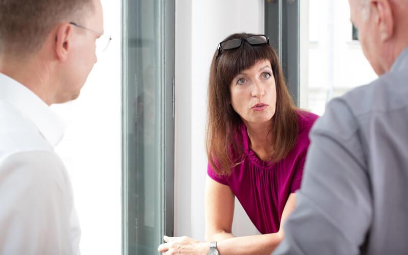 Vera Pieper im Gespräch mit Mitarbeitern, PieperConsulting. Fotograf: Guido Alfs