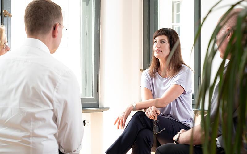 Vera Pieper im Gespräch mit Klienten. Fotograf: Guido Alfs